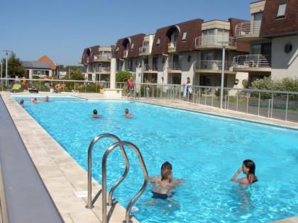 Bredene modern appartement met verwarmd zwembad en garage for Modern zwembad