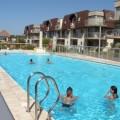 Modern appartement met verwarmd zwembad en garage