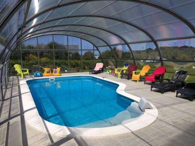Penvenan poort witte huis tuin zwembad zicht op zee - Zwembad huis ...