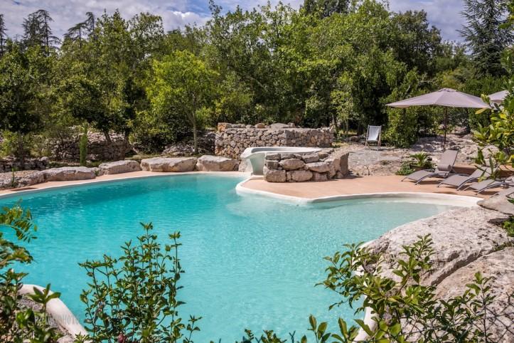 Labeaume teken met groot atypische zwembad cottage - Zwembad cottage ...